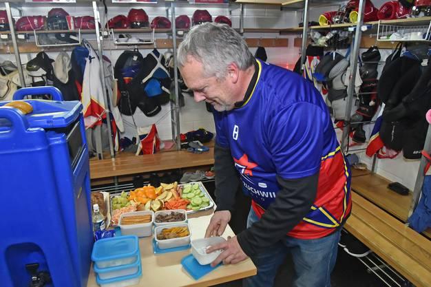 Team-Betreuer Hansruedi Siegenthaler bereitet die Snacks für die Mannschaft vor.