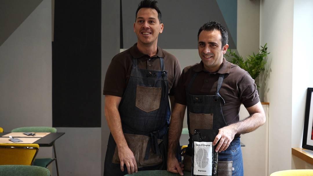Eigene Kaffeemischung und selbst gefangener Lachs: Geschäftsführer Mirco Sgura (links) und Geschäftsinhaber Costantino D'Ongia über die Spezialitäten im neuen Café «Spatz» in Wettingen