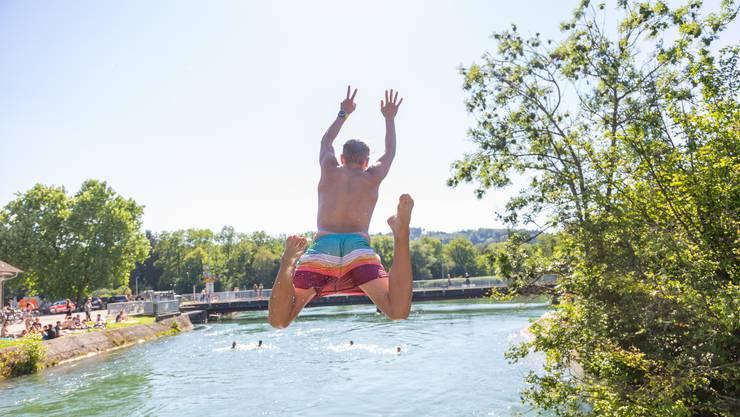 Sprung mit Aussicht: Das «Entennest» an der Aare zwischen Schönenwerd und Aarau zieht diese Woche mehr als hundert Menschen an, die sich nach flussabwärts treiben lassen.