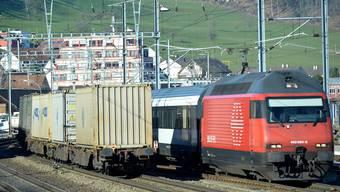 Bisher hatte der Personenverkehr bei der Zuteilung von Trassen – das ist die Berechtigung, eine bestimmte Strecke in einer definierten Zeit zu befahren – Vorrang. Das wird sich auf der Hauensteinlinie, im Bild bei Lausen, ändern.