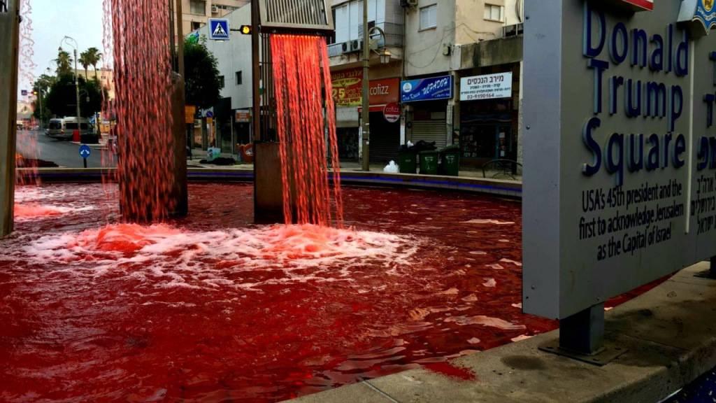 Protest gegen Annexionspläne: Trump-Brunnen mit Kunstblut rot gefärbt