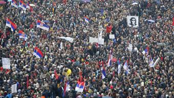 Rund 10'000 Menschen demonstrierten am Samstag im Zentrum von Belgrad gegen den serbischen Präsidenten Aleksandar Vucic.