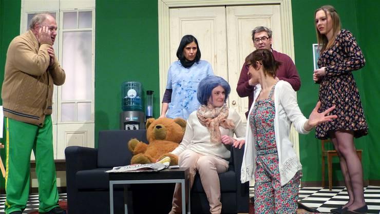 Die Mitinsassen der Villa Waldfriede kümmern sich um Pia mit den blauen Haaren.