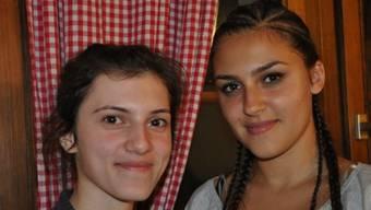 Die Lenzburger Jungbürgerinnen Canan Yilmaz und Burcu Kabatas wären von einer Fusion mit Niederlenz nicht beide gleich begeistert. bsc