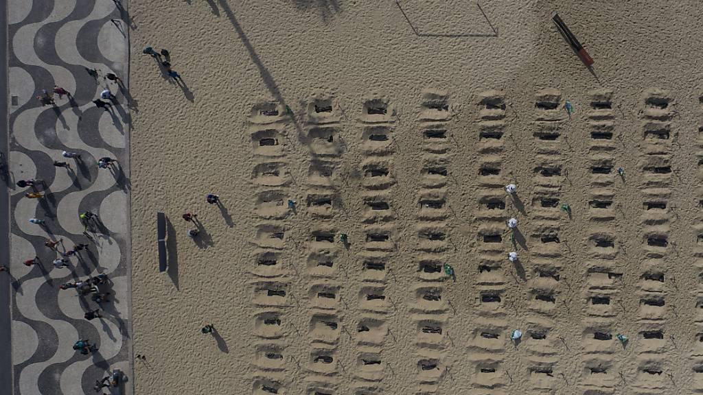 100 symbolische «Gräber» am Strand von Copacabana