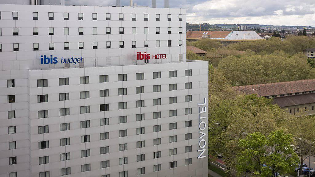 Die Schweizer Hotelbranche hat im März wieder etwas mehr Übernachtungen verzeichnet. Iim Bild das Hotel Ibis das Novotel in Bern. (Archivbild)
