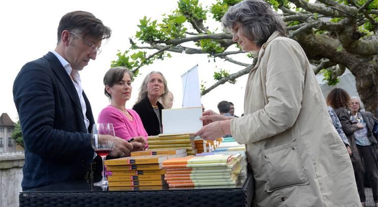 Lukas Bärfuss fand nach der Preisverleihung noch Zeit, beim Signieren von Büchern den Kontakt mit seinen Lesern zu pflegen.