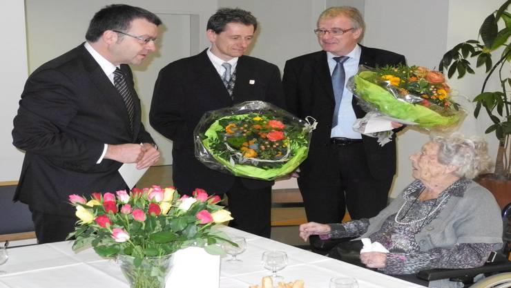 Stadtammann Franco Mazzi überbrachte zusammen mit Weibel Marcel Hauri und Daniel Vulliamy Hedwig Marquardt-Bieri (von links) die Gratulationen zum 100. Geburtstag. mf