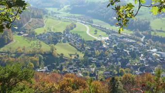Der Chilchacher ist heute auf drei Seiten umbaut (Bildmitte), unmittelbar davor die Kirche.