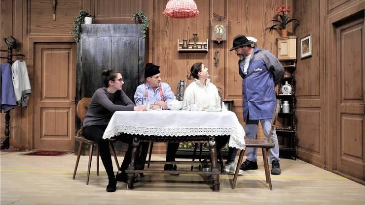 Einblick in die Probe der Spielbühne 99 mit dem Stück «Alles nur Theater», ein typischer Bauernschwank: Sally Müller, Mario Lorenz, Fiona Neri und Alfred Hullai in ihren Rollen.