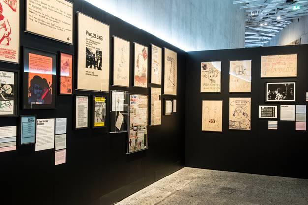 """Ein Blick auf Originaldokumente und Plakate vom Happening """"6 Tage Zürcher Manifest"""", das vom 4. bis 9. September 1968 im Centre Le Corbusier stattfand."""