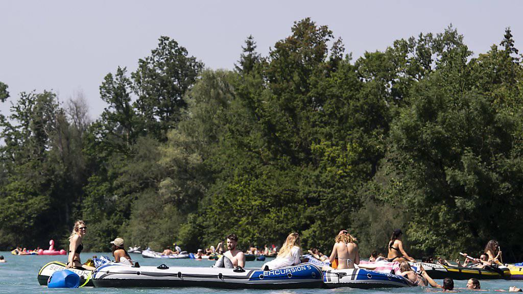 Das Schlauchbootfahren - hier auf der Aare zwischen Thun und Bern - wird immer beliebter. Nur trägt kaum jemand eine Rettungsweste. (Archivbild)