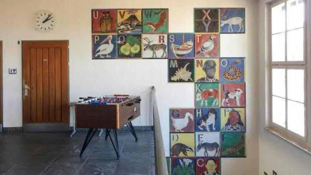 Das koloniale Wandalphabet aus dem Jahre 1949 im Schulhaus Wylergut in der Stadt Bern.