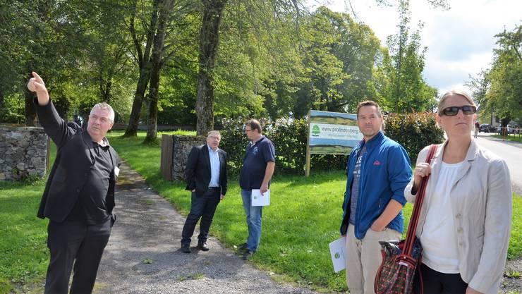 Heiri Knaus, Präsident des Vereins Pro Lindenberg, zeigt Interessierten vor dem Schloss Horben, wie hoch eine Windturbine würde.