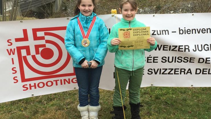 Gina und Emely Gyger mit ihren Auszeichnungen.