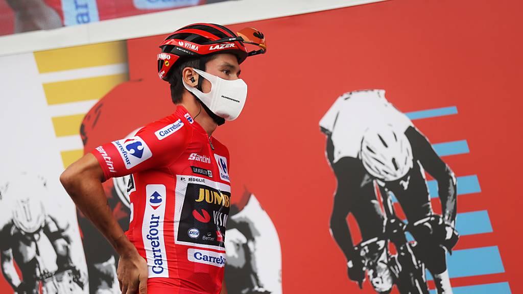 Primoz Roglic läuft im roten Trikot, das er bis zum Schluss der Vuelta kaum mehr hergeben wird, zur Siegerehrung.