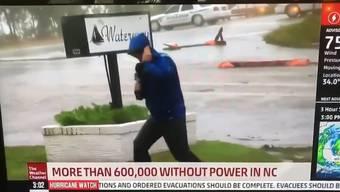 Der Meteorologe kämpft während der Live-Schaltung gegen die starken Winde - und übertreibt dabei offenbar.