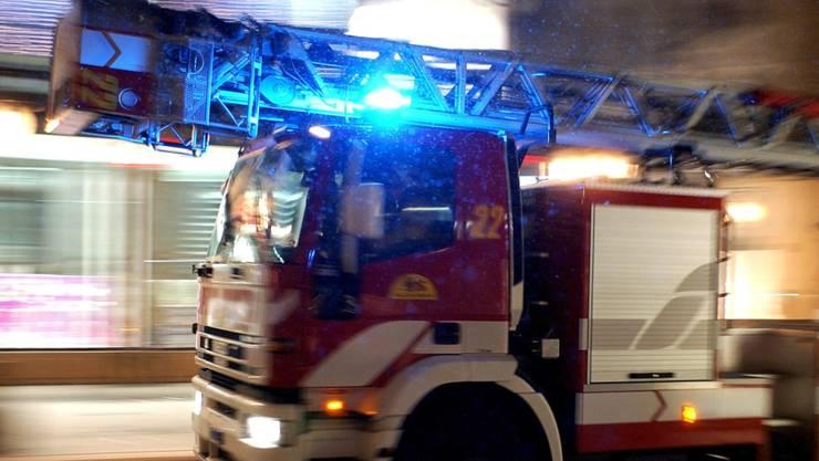 Bei einem Brand in einem Mehrfamilienhaus in Basel mussten rund zwei Dutzend Hausbewohner evakuiert werden. (Symbolbild)