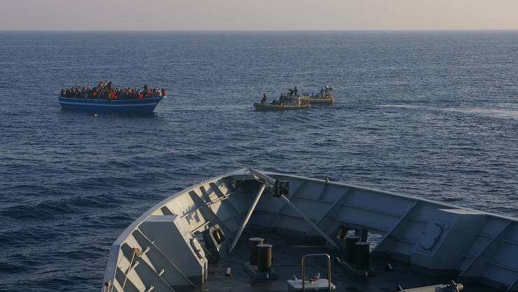 In kaum seetüchtigen Booten kommen die Flüchtlinge übers Meer, flehen um Hilfe und werden schliesslich gerettet.