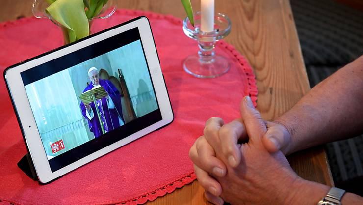 Papst Franziskus hat sich mit einer Videobotschaft an die Gläubigen gewandt und ihnen in der Coronakrise Mut zugesprochen. (Archivbild)