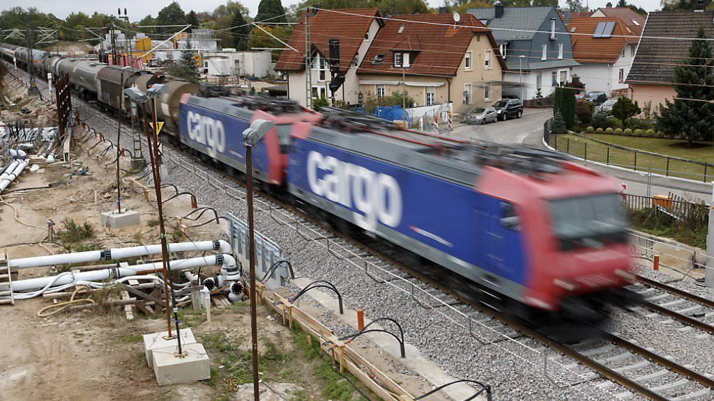 Der Güterverkehr hat nach dem Streckenunterbruch vom vergangenen Spätsommer bei Rastatt D wieder zugelegt. (Archivbild)