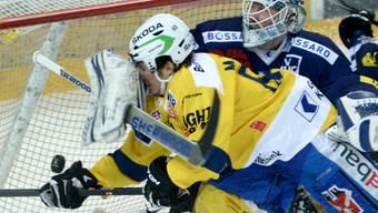 EVZ-Goalie Tobias Stephan stoppt den Davoser Marc Wieser