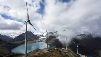 Energie der Zukunft oder Verschandelung der Landschaft? Windturbinen am Nufenenpass.