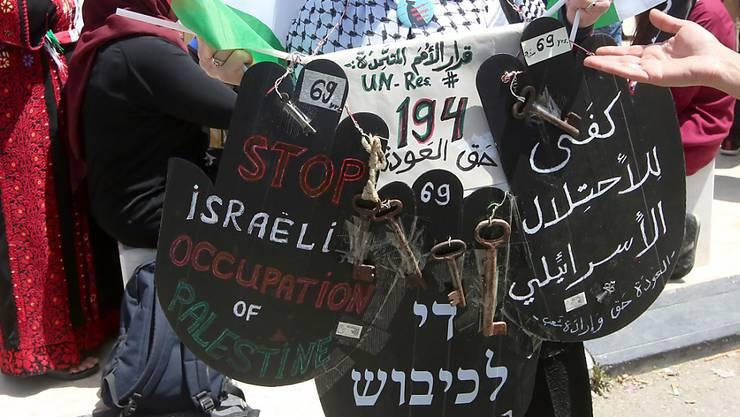 Mit Palästinenserflaggen und den Schlüsseln ihrer früheren Häuser erinnern zahlreiche Palästinenser an den Verlust ihrer Heimat nach der Staatsgründung Israels im Jahr 1948.