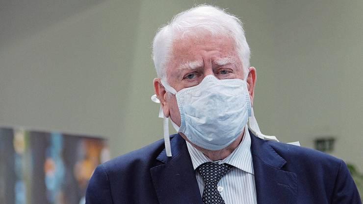 Otto H. Suhner trägt beim Medientermin im Kabelwerk Brugg eine Schutzmaske.
