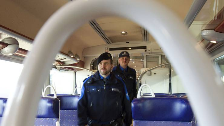 Im Intercity von Genf nach Zürich kontrollierten Schweizer Grenzwächter Zugpassagiere (Symbolbild)