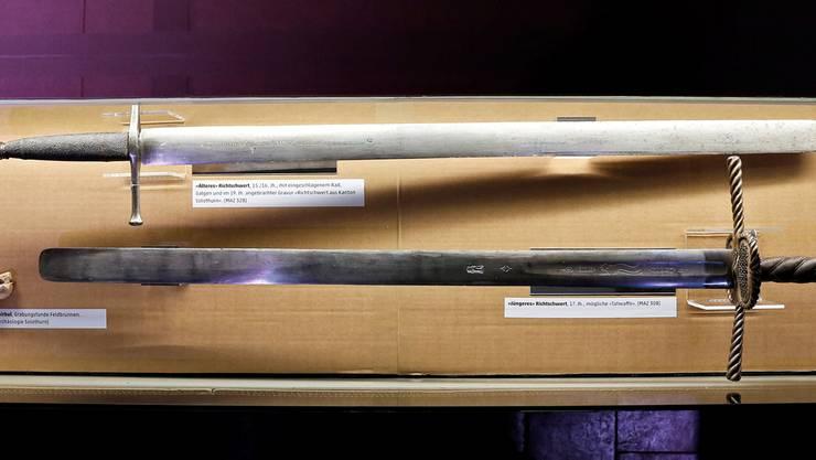 Zwei Schwerter, die möglicherweise zum Köpfen verwendet wurden: Das ältere (hinten) und jüngere Solothurner Richtschwert. (Foto: Felix Gerber)