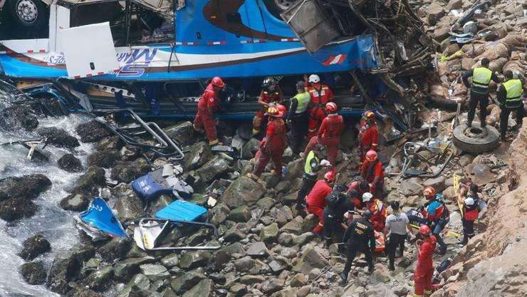 Bei einem schweren Busunglück in Peru sind mindestens 25 Menschen gestorben. Ein Lastwagen war in der Provinz Huaral auf den Bus aufgefahren und brachte ihn von der Fahrbahn ab. Der Bus stürzte daraufhin an der Steilküste ab und blieb am Strand liegen.