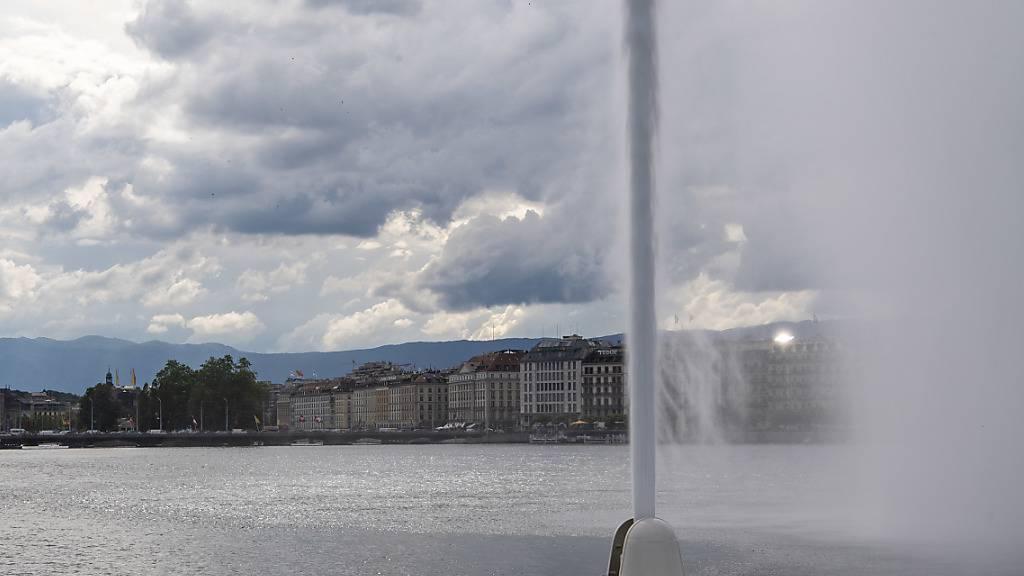 Das Genfer Wahrzeichen ist seit Samstag wieder in Betrieb. Der Wasserstrahl war als Mahnung wegen der Covid-19-Pandemie abgestellt worden. (Archivbild)