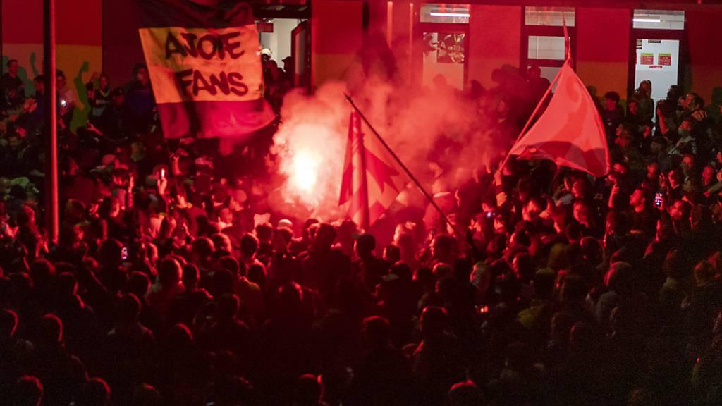 Corona für einen Moment weit weg: Mehrere hundert Fans feierten Ajoies Aufstieg vor der Eishalle in Pruntrut