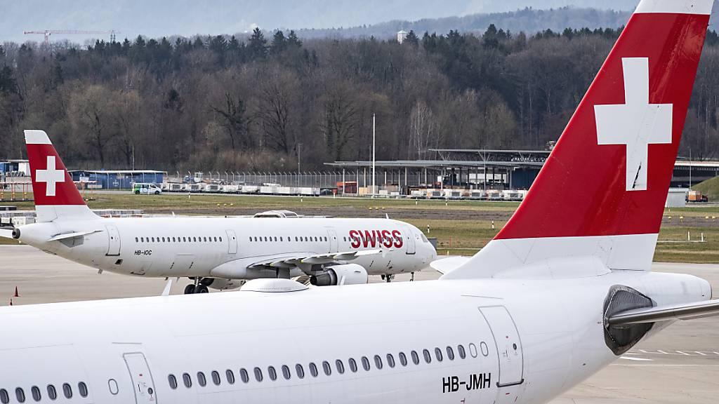 Die Fluggesellschaft Swiss belässt die meisten ihrer Flieger am Boden. (Archivbild)