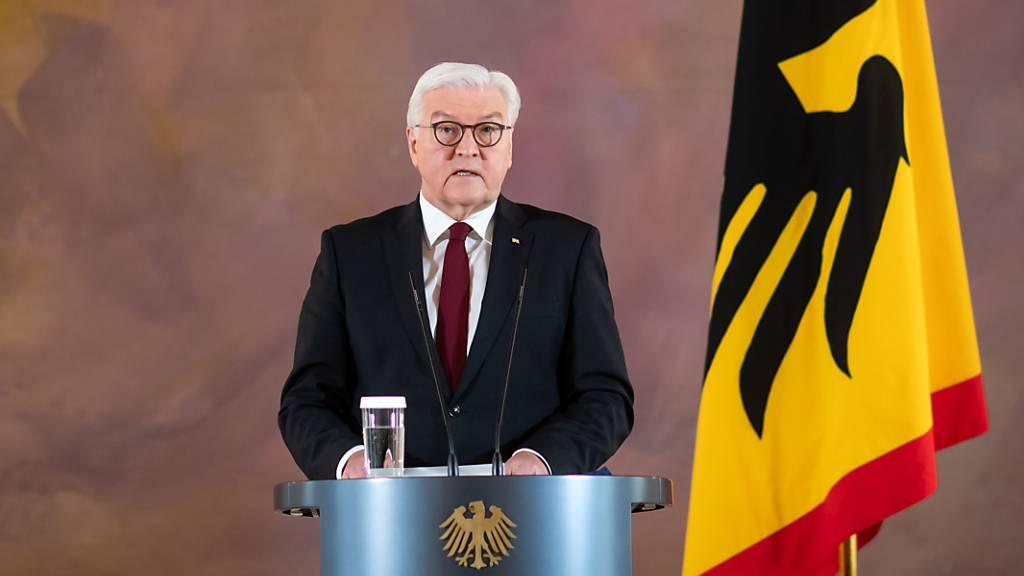 ARCHIV - Bundespräsident Frank-Walter Steinmeier äußert sich in einer Ansprache im Schloss Bellevue zur aktuellen Lage in der Corona-Pandemie. Foto: Bernd von Jutrczenka/dpa
