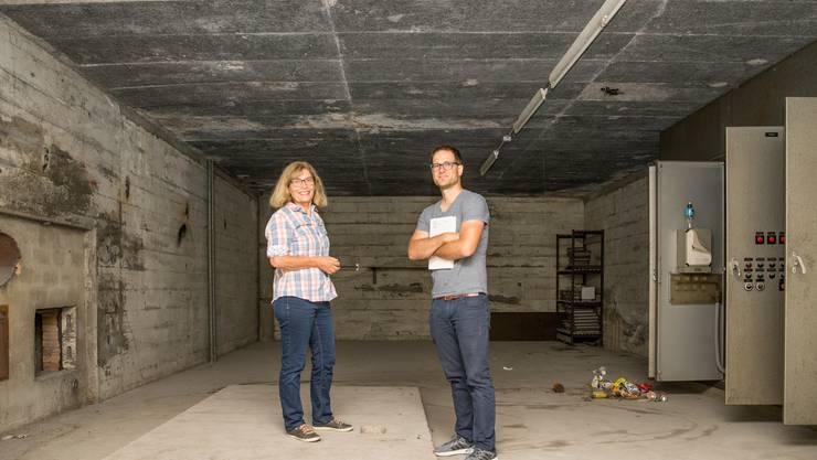 Stadtführerin Silvia Hochstrasser und Historiker Fabian Furter führen durch den unterirdischen Atombunker im Badener Schlossberg.
