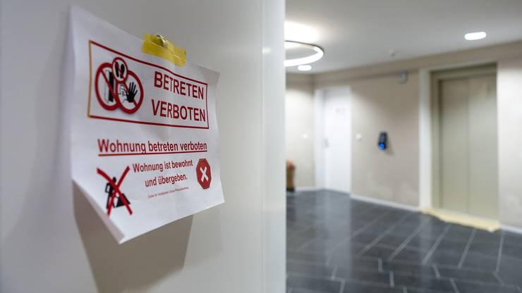 Zurzeit werden noch letzte Mängel an den Wohnungen behoben. Damit die Arbeiter nicht in bereits bewohnte Wohnungen gelangen, sind alle Türen mit Hinweisschildern ausgestattet.