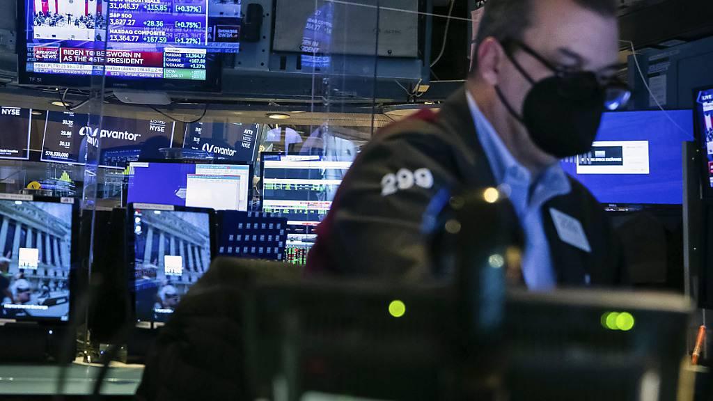 Auf diesem von der New York Stock Exchange zur Verfügung gestellten Foto arbeitet ein Händler in einer Kabine auf dem Handelsparkett. Foto: Colin Ziemer/New York Stock Exchange/dpa