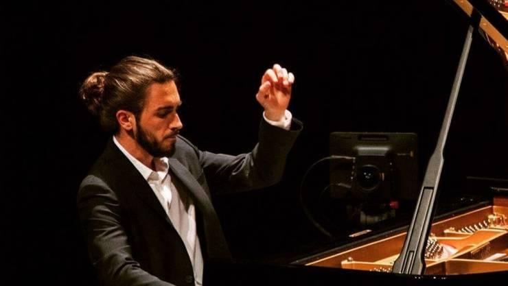"""Muss die Menschen manchmal auch zwölf Jahre nach dem Filmhit """"Vitus"""" daran erinnern, dass er nicht (mehr) das musikalische Wunderkind ist: Pianist Teo Gheorghiu. (Bild Instagram)"""