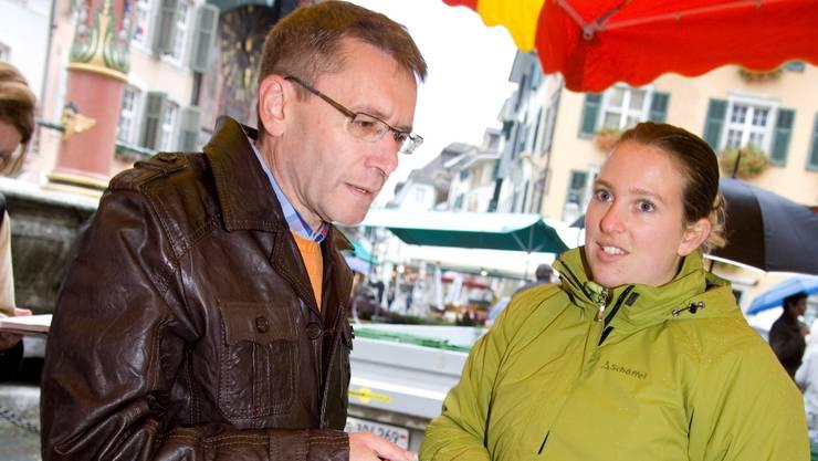 Pirmin Bischof am Stand von Marktfahrerin Lucy Maurer aus Diessbach b. Büren.