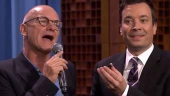 "Sting (l) singt für Fallon ""Message on my Voicemail"" (Screenshot)"