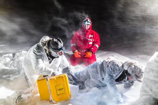 Ein Schneesturm hält sie nicht auf: In der Antarktis untersuchen Forscher das Meereis.