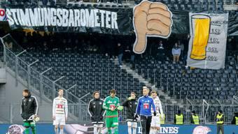 Die Luzerner Spieler schleichen vom Platz, die Fans machen auf der Tribüne deutlich, dass ihre Stimmung im Keller ist.