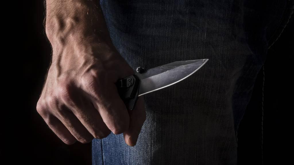 Die Frau wurde mit einem Messer bedroht.