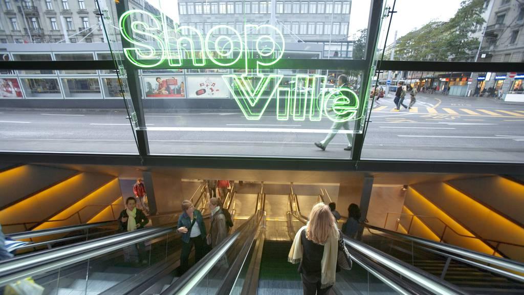 Geschäfte in Bahnhofspassagen wie dem Shop Ville am Zürich HB fehlen zunehmend die Kunden. Mit Ausnahme von Lebensmittelläden, Kiosken und Apotheken dürfen sie selbst entscheiden, ob sie schliessen.