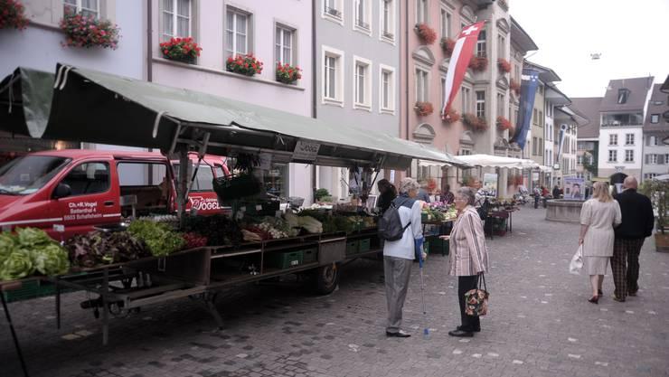 BRENNPUNKT - Lenzburg Wochenmarkt Szene in der Rathausgasse. Zweimal wöchentlich findet ein Obst- und Gemüsemarkt statt.
