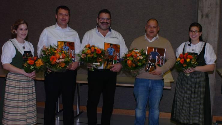 Die drei neuen Ehrenmiglieder (vl): August Köpfli (SK Zurzach), Matthias Huber (SK Aarau) und Armin Keller (SK Zurzach) flankiert von Ehrendamen.