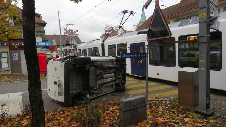 Oberentfelden AG, 11. November: Ein Auto kollidiert beim Abbiegen mit einem Zug.
