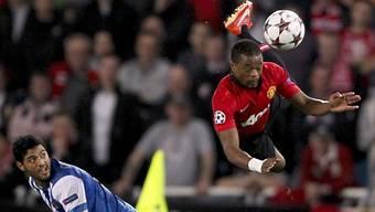 Manchester Uniteds Patrice Evra fliegt durch die Luft.